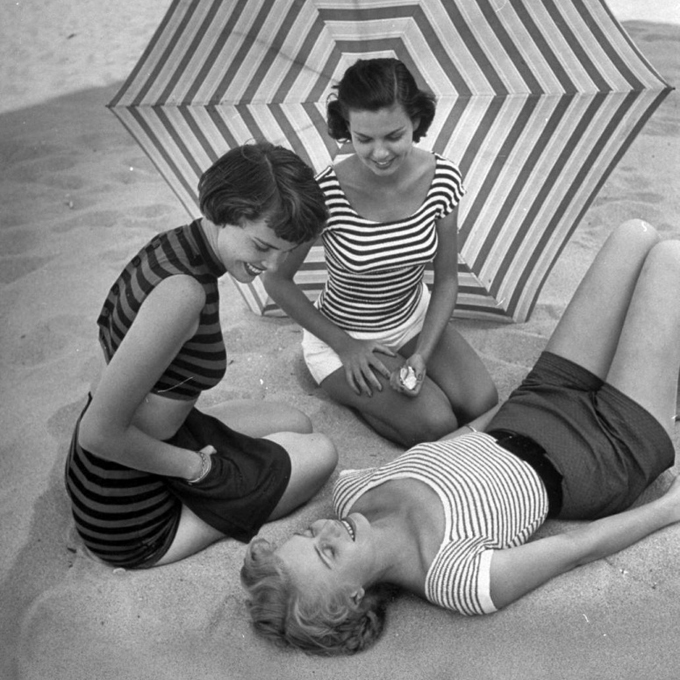 girls-on-beach-in-stripes